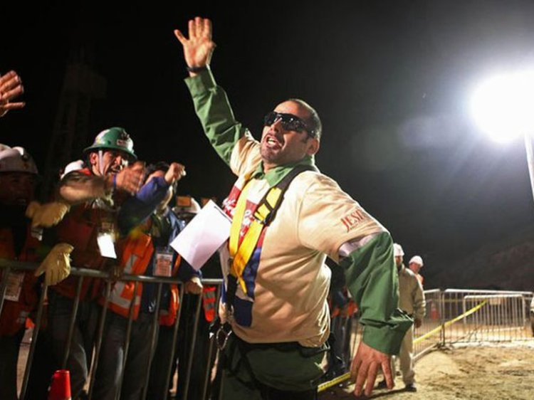 Mario Sepúlveda al salir de la Mina San José - imagen de Infobae